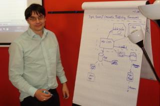 Moderator und IT-Systemarchitekt Michael Pfannkuchen am Flipchart
